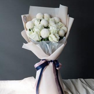 ดอกไม้สีขาว ทั้งเบญจมาศปิงปองและกุหลาบ รวมกันในช่อดอกไม้งานละเอียด