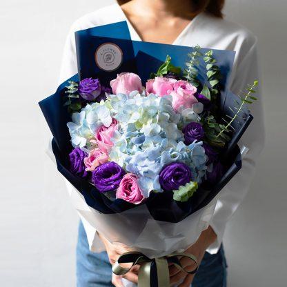 ช่อดอกไม้สีสันสดใสที่เกิดจากการเลือกใช้ดอกไม้เกรดพรีเมี่ยมชนิดต่าง ๆ