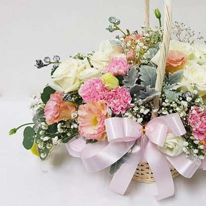 กระเช้าดอกไม้ประกอบด้วยริบบิ้นสีชมพู