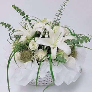 กระเช้าดอกไม้โทนสีขาว แซมด้วยใบไม้