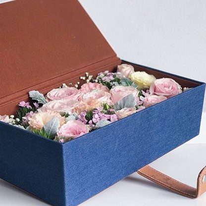 กล่องกุหลาบสีชมพู จัดแต่งในโทนสีหวาน บรรจุภายในกล่องยีนส์ให้ดูมีระดับ