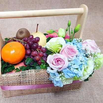 กระเช้าผลไม้รวมพร้อมกับดอกไม้
