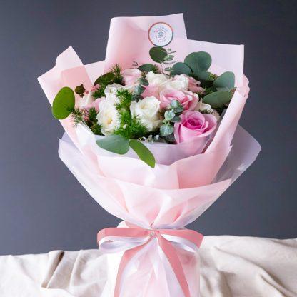 ช่อดอกกุหลาบสีขาว และชมพู สวยหวานมีเสน่ห์แบบไม่ซ้ำใคร