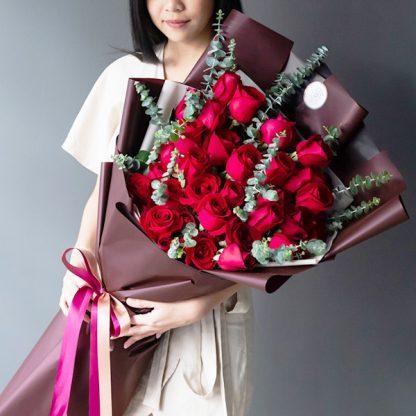 ช่อดอกไม้ไซส์ใหญ่ จัดเป็นทรงสูงด้วยดอกกุหลาบแดง 50 ดอก แซมใบยูคาลิปตัส