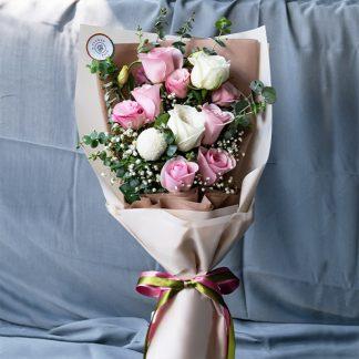 ช่อดอกไม้ ประกอบด้วยกุหลาบ เบญจมาศปิงปอง ไลเซนทัส และยิปโซ จัดรวมกัน