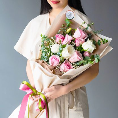ช่อดอกไม้จัดด้วยดอกไลเซนทัส ดอกยิปโซ ดอกกุหลาบ และดอกเบญจมาศปิงปอง