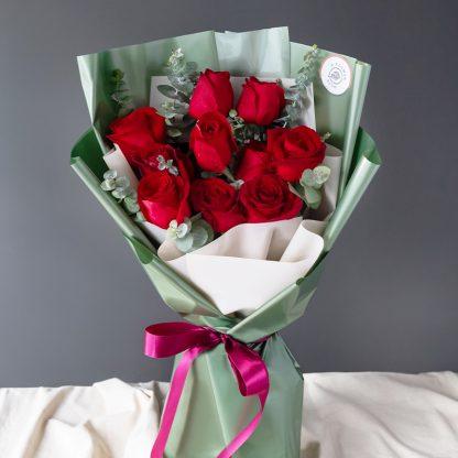 ช่อดอกไม้ที่เลือกใช้ดอกกุหลาบสีแดง 10 ดอกมาจัดตกแต่งอย่างประณีต