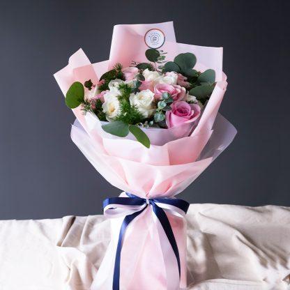 ดอกกุหลาบขาวและชมพู จัดเป็นช่อดอกไม้ให้ความเรียบหรู แต่สวยงาม