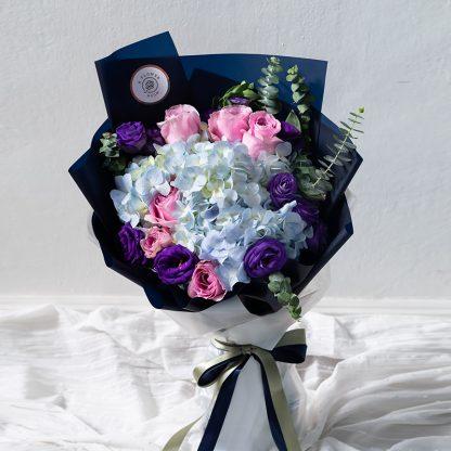 ช่อดอกไม้สีสันสดใสเกิดจากการเลือกใช้ดอกไม้เกรดพรีเมียมชนิดต่าง ๆ