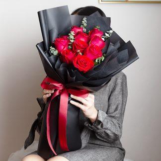 ช่อดอกกุุหลาบสีแดง ห่อด้วยกระดาษสีดำ สวยมีเสน่ห์ในแบบของตนเอง