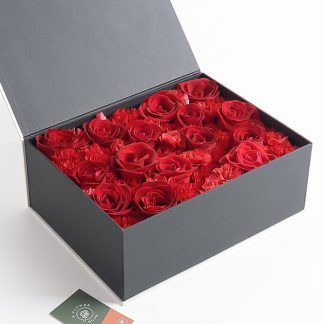 กล่องดอกไม้สีดำลุคพรีเมียม ประกอบด้วยดอกกุหลาบ และดอกคาร์เนชั่น