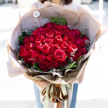 ช่อดอกกุหลาบสีแดงขนาดใหญ่ 60 ดอก แซมด้วยใบพุดและดอกแคสเปีย