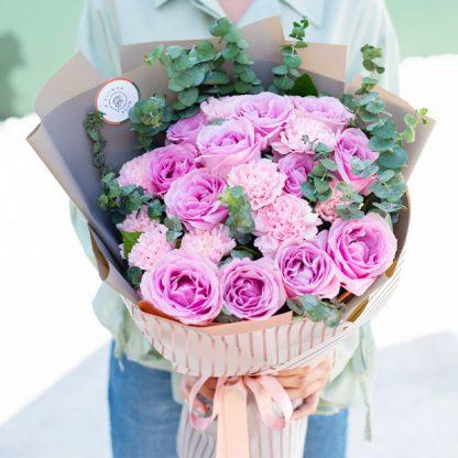 ช่อดอกไม้โทนสีชมพู จัดด้วยดอกกุหลาบชมพู และคาร์เนชั่นชมพู