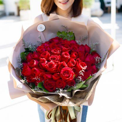 ช่อดอกกุหลาบแดง 60 ดอก แซมด้วยใบพุดสีเขียว ออกแบบอย่างสวยงาม