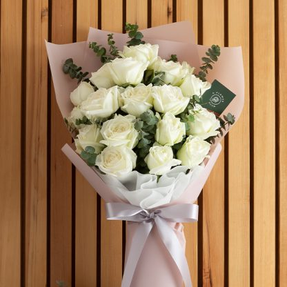 ช่อดอกกุหลาบขาว ห่อด้วยกระดาษสีชมพู สวย บริสุทธิ์