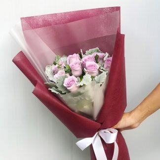 ช่อดอกไม้โทนสีม่วง จัดด้วยดอกกุหลาบสีม่วง 10 ดอก แซมด้วยใบหิมะ