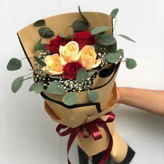 ดอกกุหลาบสีแดงและแคนตาลูป ห่อกระดาษสีน้ำตาล มีสไตล์ในแบบคลาสสิก