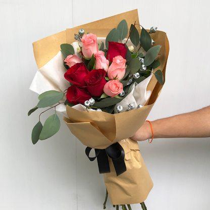 ช่อดอกกุหลาบนำเข้าสีแดงและสีโอรส ห่อด้วยกระดาษสีน้ำตาล