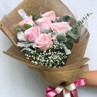 ดอกกุุหลาบสีชมพู ใบยูคาลิปตัสและดอกยิปโซ พร้อมห่อด้วยกระดาษสีน้ำตาลสวยดูดีมีคลาส