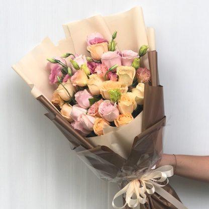 ช่อดอกกุหลาบคละสี โทนสีพาสเทลน่ารัก ห่อกระดาษสีทองดูหรูหรา